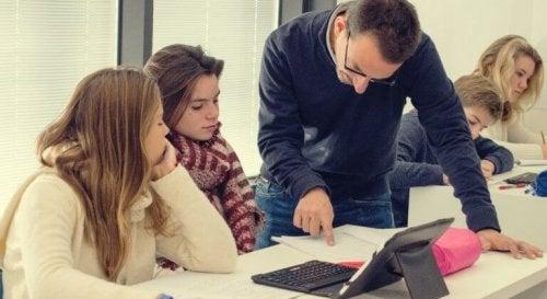 Lehrer erklärt Schülern eine Aufgabe