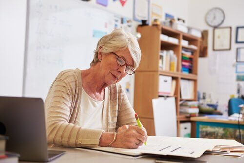 Lehrerin, die Prüfungen korrigiert