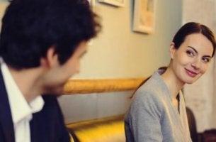 Liebe auf den ersten Blick - zwei Menschen schauen sich an