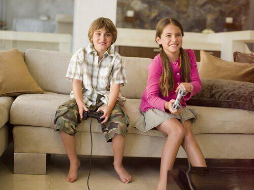 Ein Junge und ein Mädchen beim Videospiel