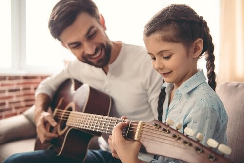 Macht Musik Kinder schlauer? Ein Vater will es herausfinden und bringt seiner Tochter das Gitarrespielen bei