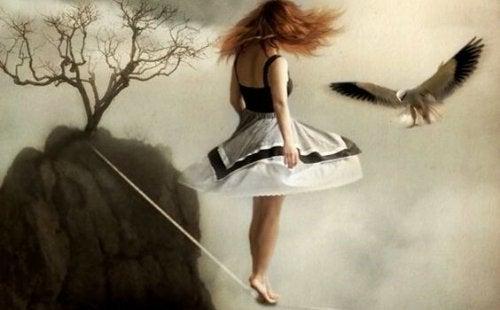 Mädchen balanciert auf einem Drahtseil