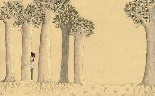 Ein Mädchen versteckt sich hinter Bäumen.