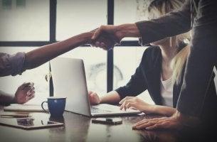 Wie man gut verhandelt - Vertragspartner schütteln Hände