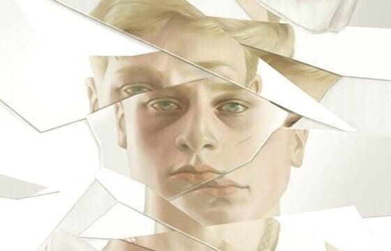 Ein Spiegel, der zersprungen ist und das Bild eines jungen Mannes reflektiert