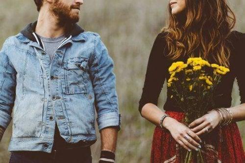 Ein Mann und eine Frau sehen sich an.