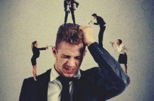 Angst vor Konflikten - Mann, der von Kollegen belästigt wird