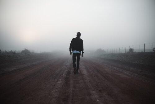 Mann geht spazieren