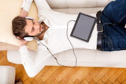 Ein Mann entspannt sich, während er Musik hört.