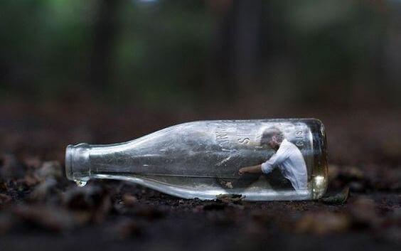 Mann, der in einer Flasche sitzt