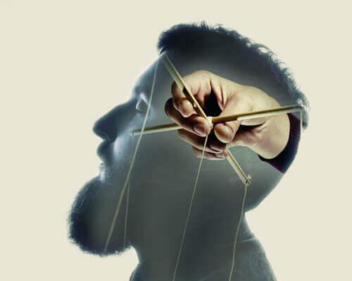 Mann mit Marionettenspieler im Kopf