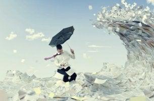 man schützt sich mit Regenschirm vor Papier