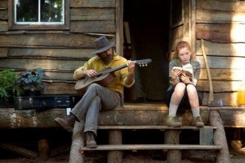 Mann spielt Gitarre neben seiner Tochter