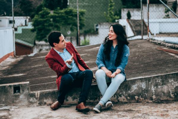 Soziale Erwartungen - zwei Menschen reden miteinander