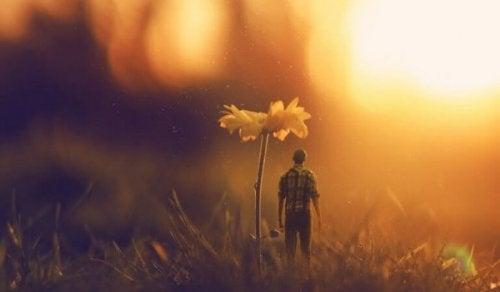 Ein Mann, der unter einer Blume steht.