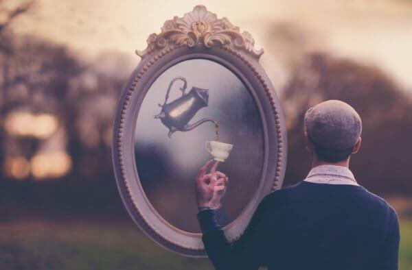 Mann, der im Spiegel eine Teekanne sieht