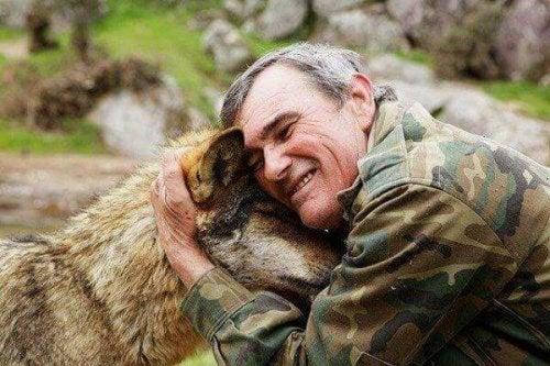 Wilde Kinder als Erwachsene: Ein älterer Marcos Rodriguez Pantoja umarmt einen Wolf.