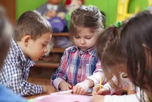 Kinder lernen nach der Montessori-Methode