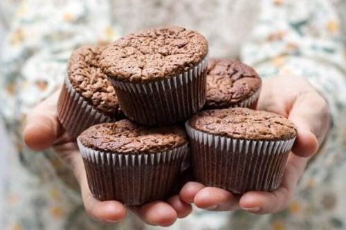 Muffins auf den Händen einer Frau