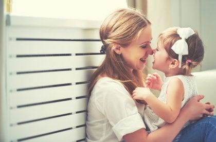 Eine glückliche Mutter spielt mit ihrem Kind