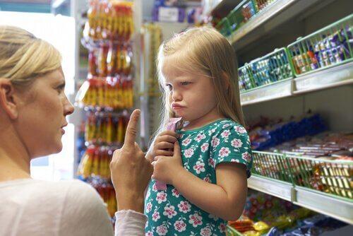 Eine Mutter weist ihre Tochter zurecht