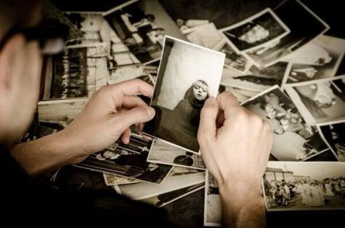 Mann schaut alte Fotos an