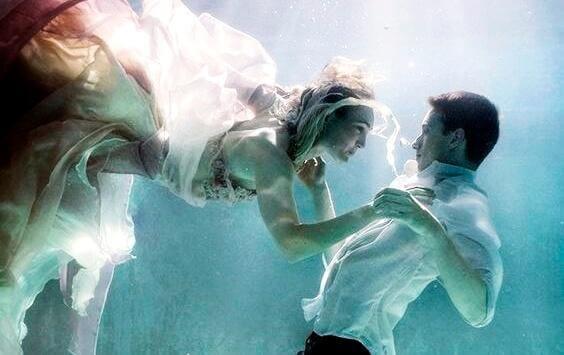 Paar berührt sich unter Wasser