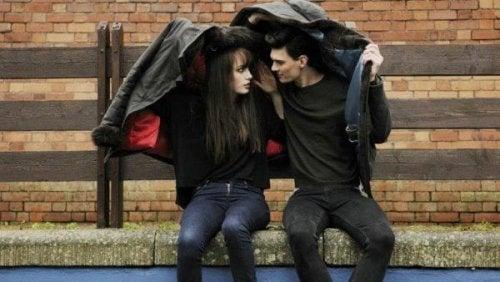 Paar, das sich eine Jacke teilt