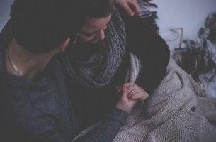 Ich möchte, dass du mich verstehst - Paar hält sich im Arm