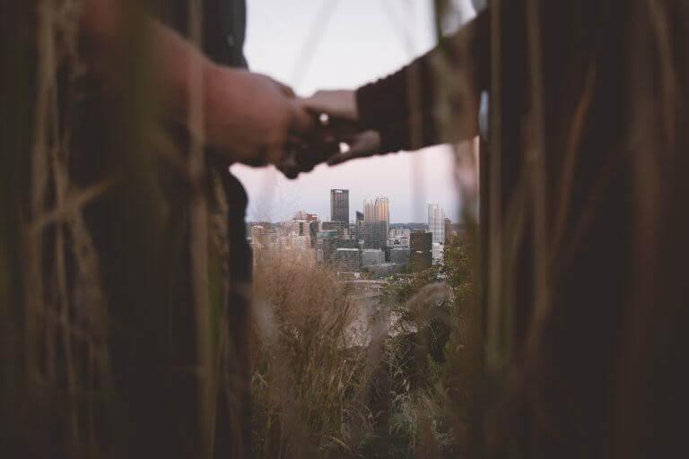 Paar hält sich die Hände