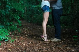 Paar küsst sich im Wald