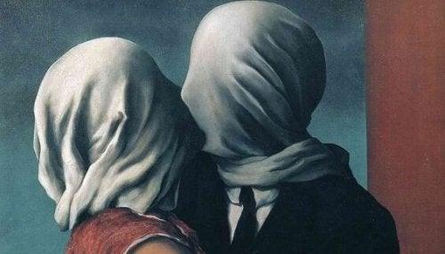 Zwei Menschen, die ihre Gesichter verhüllt haben, küssen sich.
