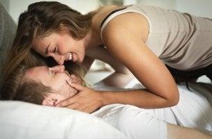 Häufiger Sex - Ein Paar küsst sich im Bett.