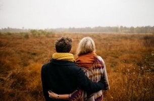 Heilende Kraft der Liebe - Pärchen schaut auf den Horizont