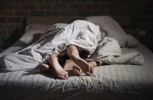 Pärchen nachts im Bett