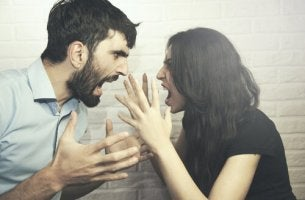 Machtkampf in der Beziehung - Ein Pärchen schreit sich gegenseitig an.