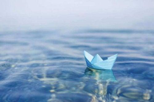 Ein Papierboot schwimmt im Wasser.