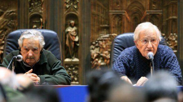 Pepe Mujica und Noam Chomsky bei einer Pressekonferenz