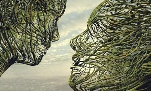 Das empathische Gehirn - eine Skulptur, die zwei Menschen zeigt, die sich ansehen.