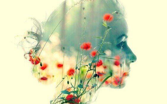 Profil einer Frau, mit Blumen gefüllt