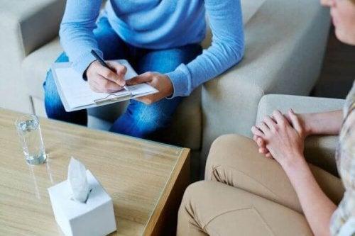 Wellen der Psychotherapie - Psychologe spricht mit seinem Patienten über dessen psychische Probleme.