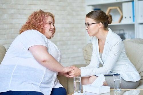 Psychotherapie bei Adipositas - eine Psychologin im Gespräch mit ihrer Patientin