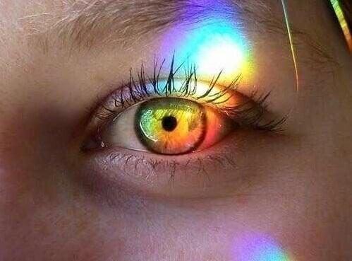 Regenbogenfarbene Reflexion im Auge