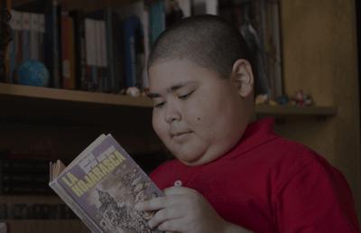 Der Junge liest ein Buch.