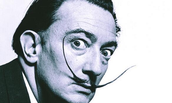Salvador Dalí in schwarz-weiß