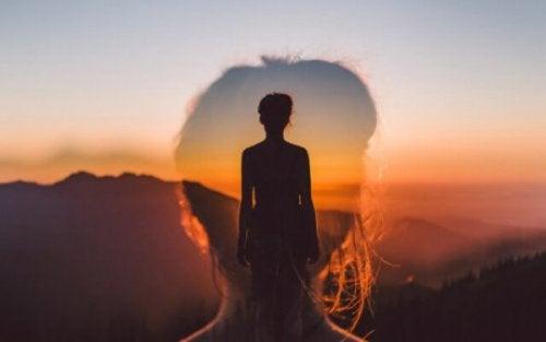 Silhouette einer Frau bei Sonnenaufgang