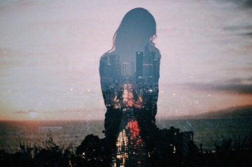 Silhouette einer Frau vor einer Großstadt