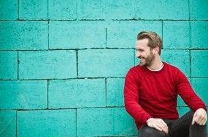 Viele Singles - Mann vor türkisfarbener Mauer