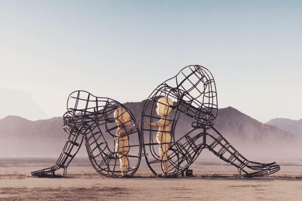 Skulpturen aus Stahl: Menschen rücken an Rücken, innere Kinder berühren sich