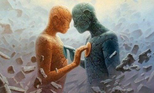 Zwei menschliche Skulpturen, die sich berühren.